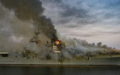 Wielozadaniowy okręt desantowy USS Bonhomme Richard (LHD-6) płonie 12 lipca w stoczni w San Diego. F