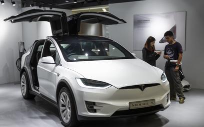 Kierowcy będą mogli grać w Teslach. Za pomocą kierownicy i pedałów